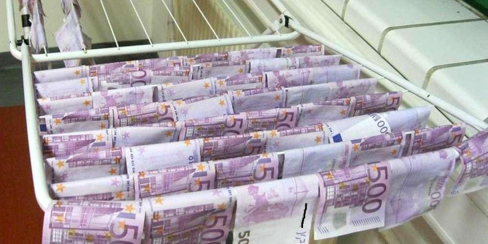 Ils ont appelé un plombier déboucheur pour enlever des liasses de billets de 500 euros
